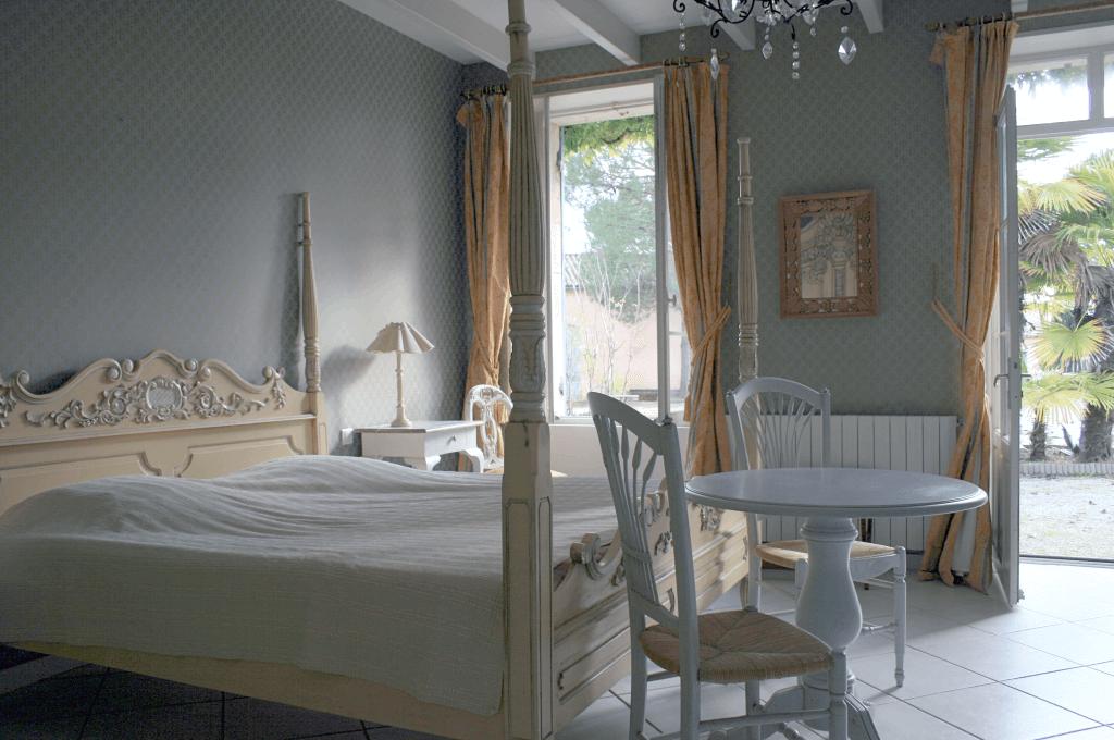 Chambre d'hôtes avec lit double.